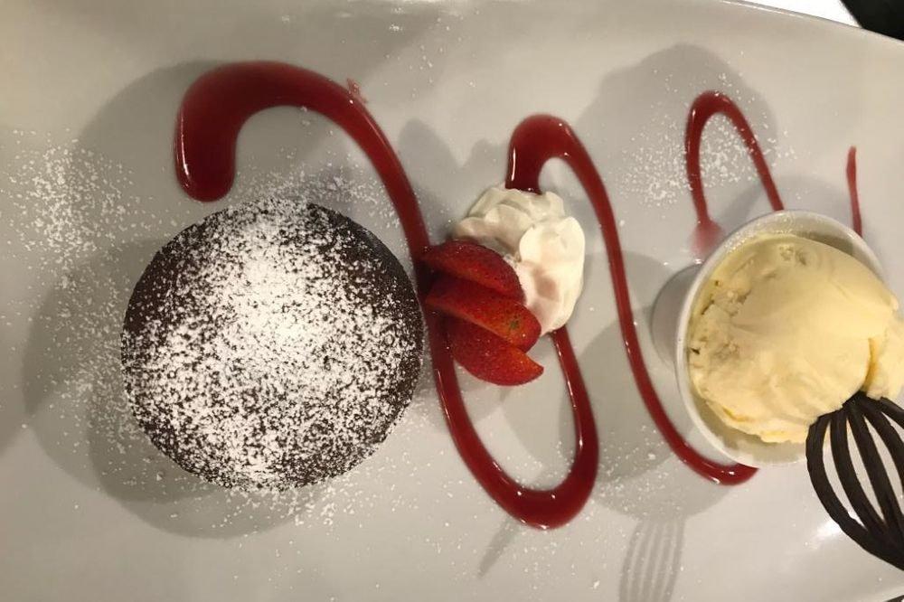 Tortino al cioccolato con pallina di gelato alla vaniglia