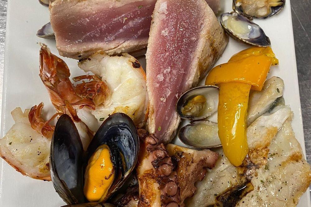 Grigliata mista di pesce con insalatina con dessert