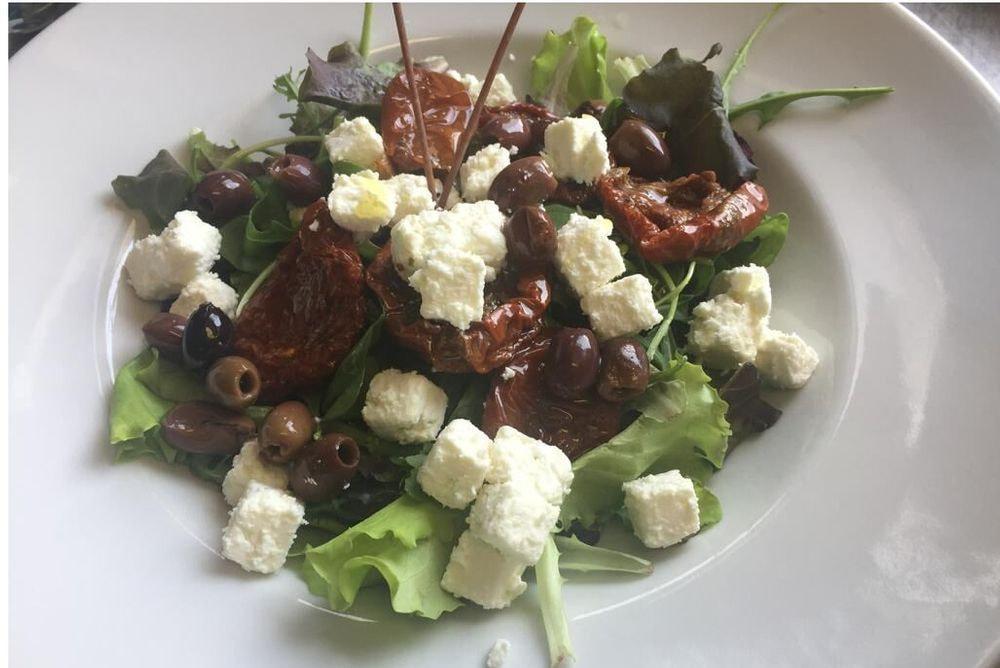 Insalatona pomodori secchi feta e olive taggiasche
