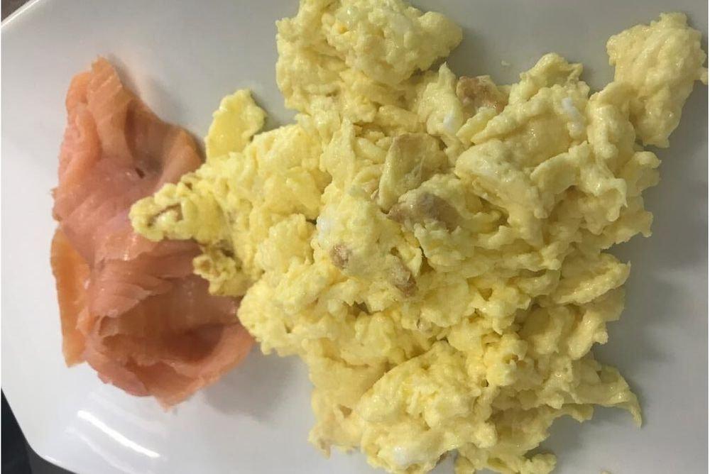 Salmone affumicato con uova strapazzate