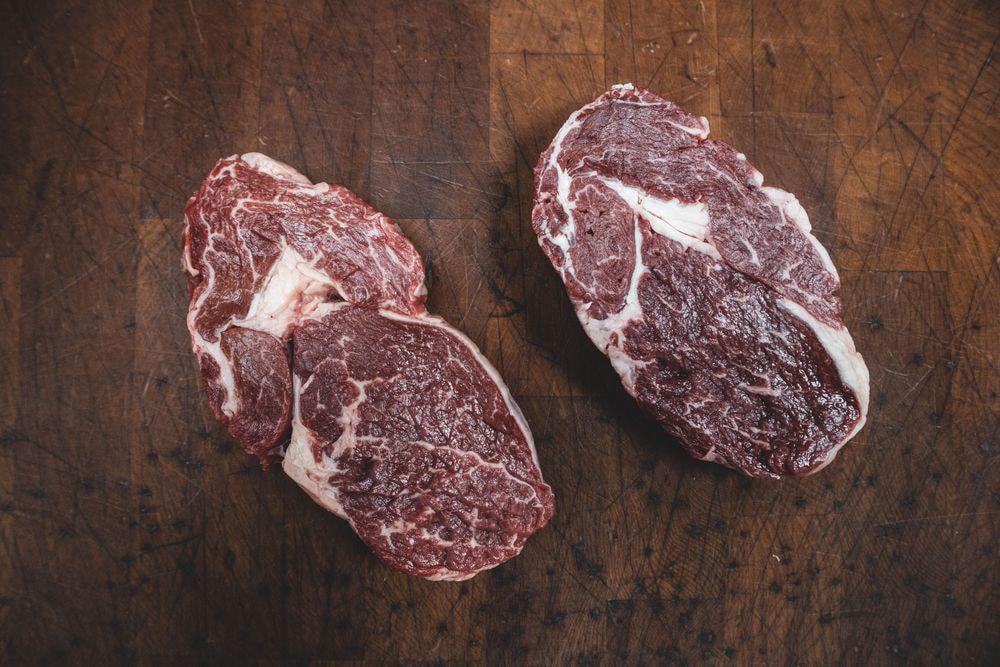 Duetto di filetto di manzo con barolo e vitello al pepe rosa , contorno a scelta