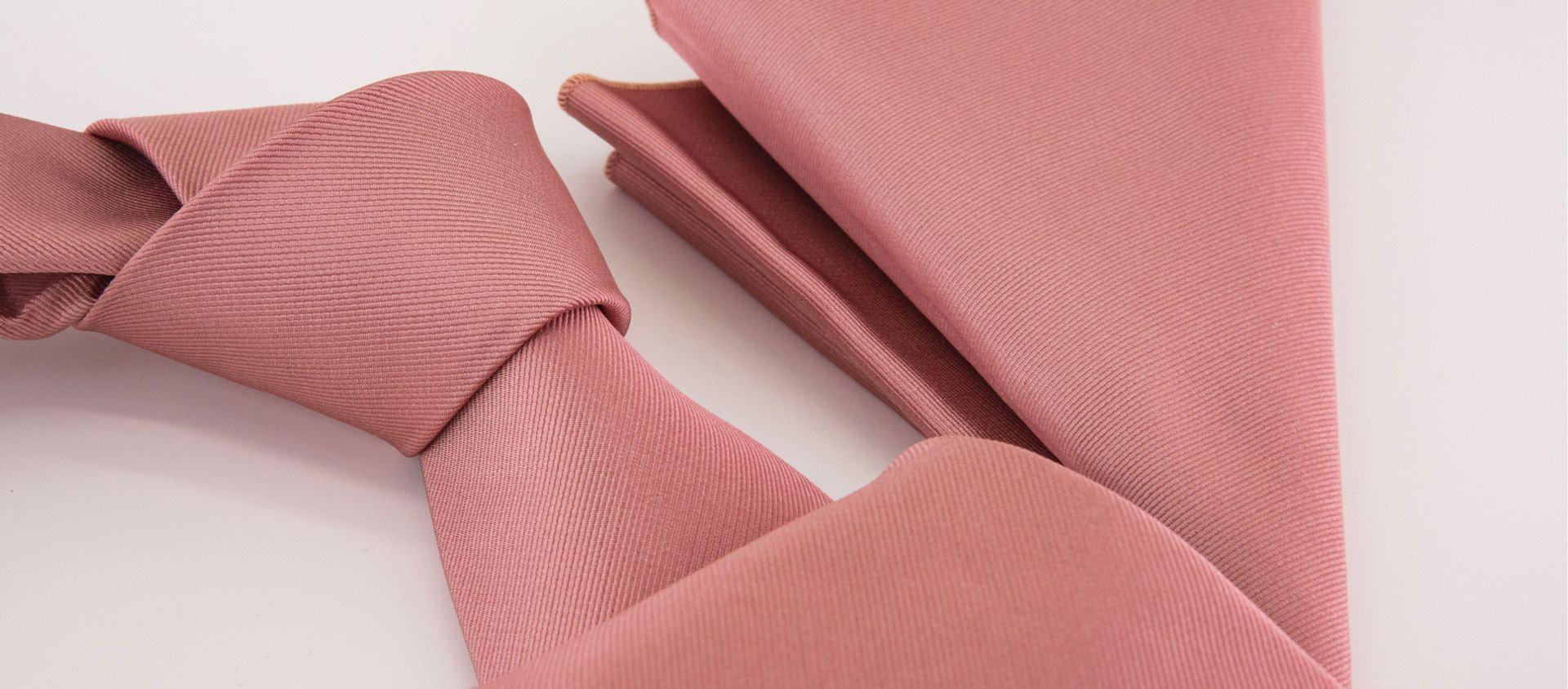 Cravatta rosa e fazzoletto da taschino