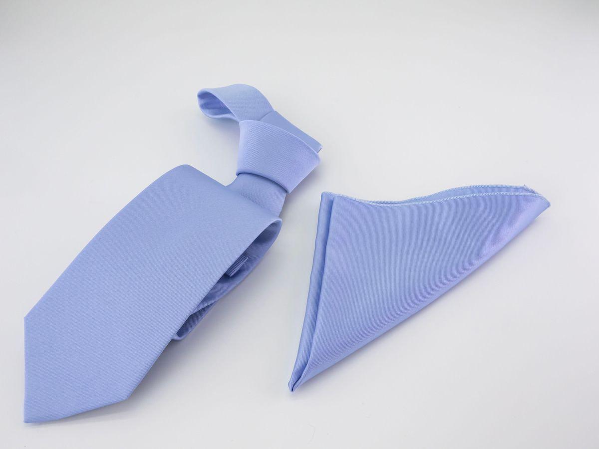 Cravatta azzurra e fazzoletto da taschino