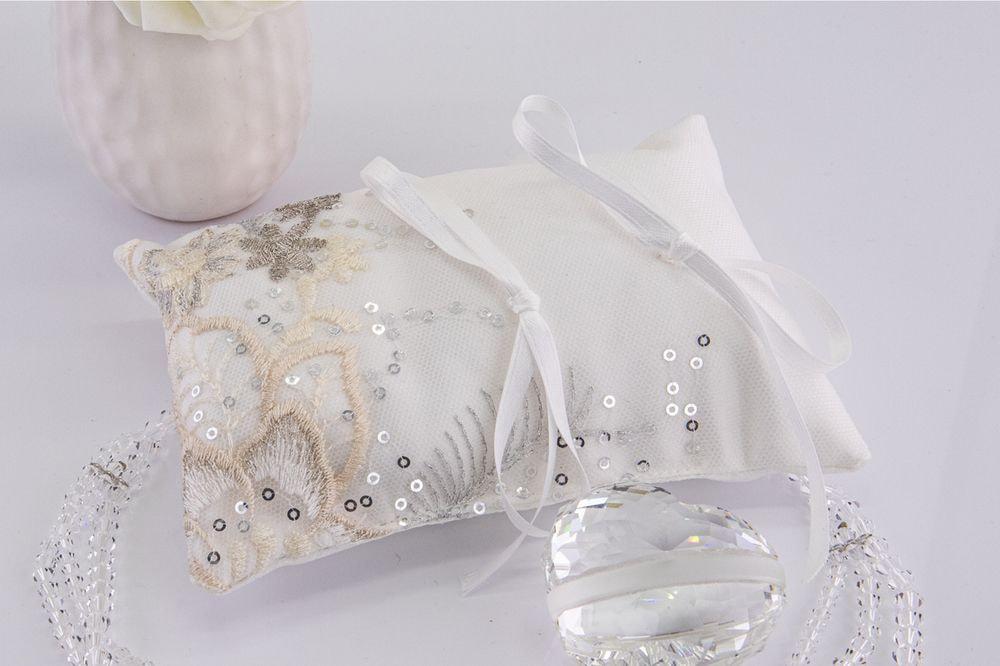 Cuscino portafedi in tulle ricamato