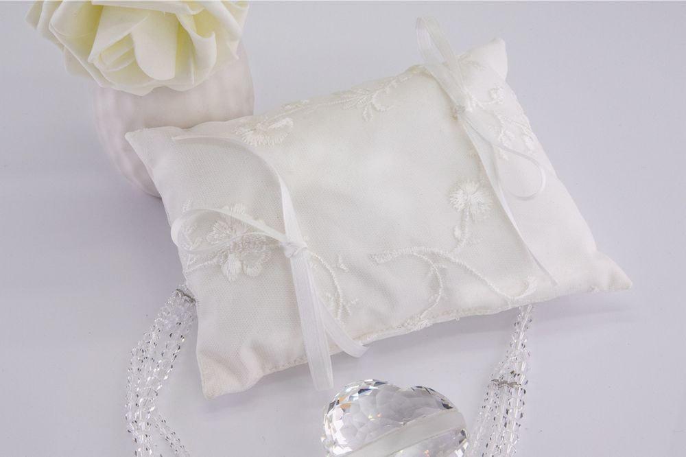 Cuscino portafedi con ricami sul tulle