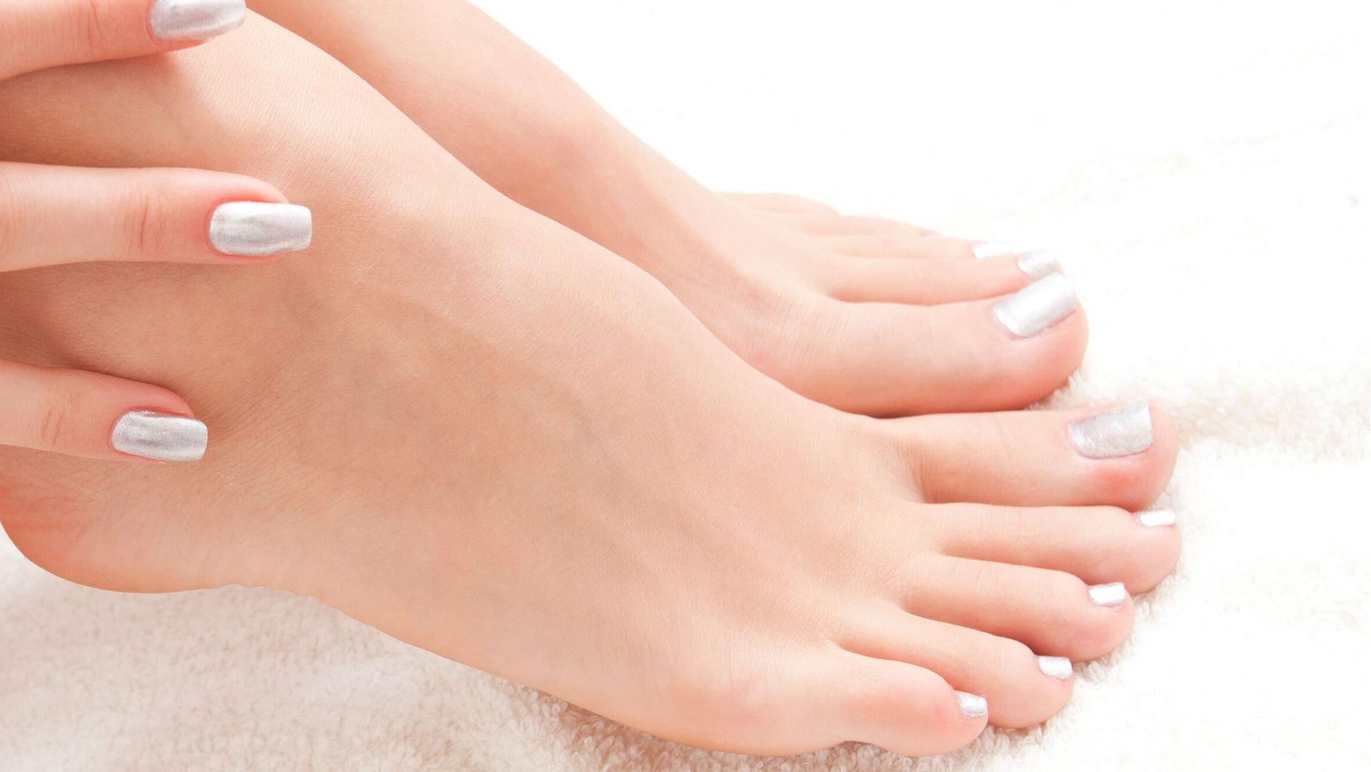 Un pedicure estetico o un pedicure professionale, con certificazione del metodo Podocuria, per piedi sempre curati e sani