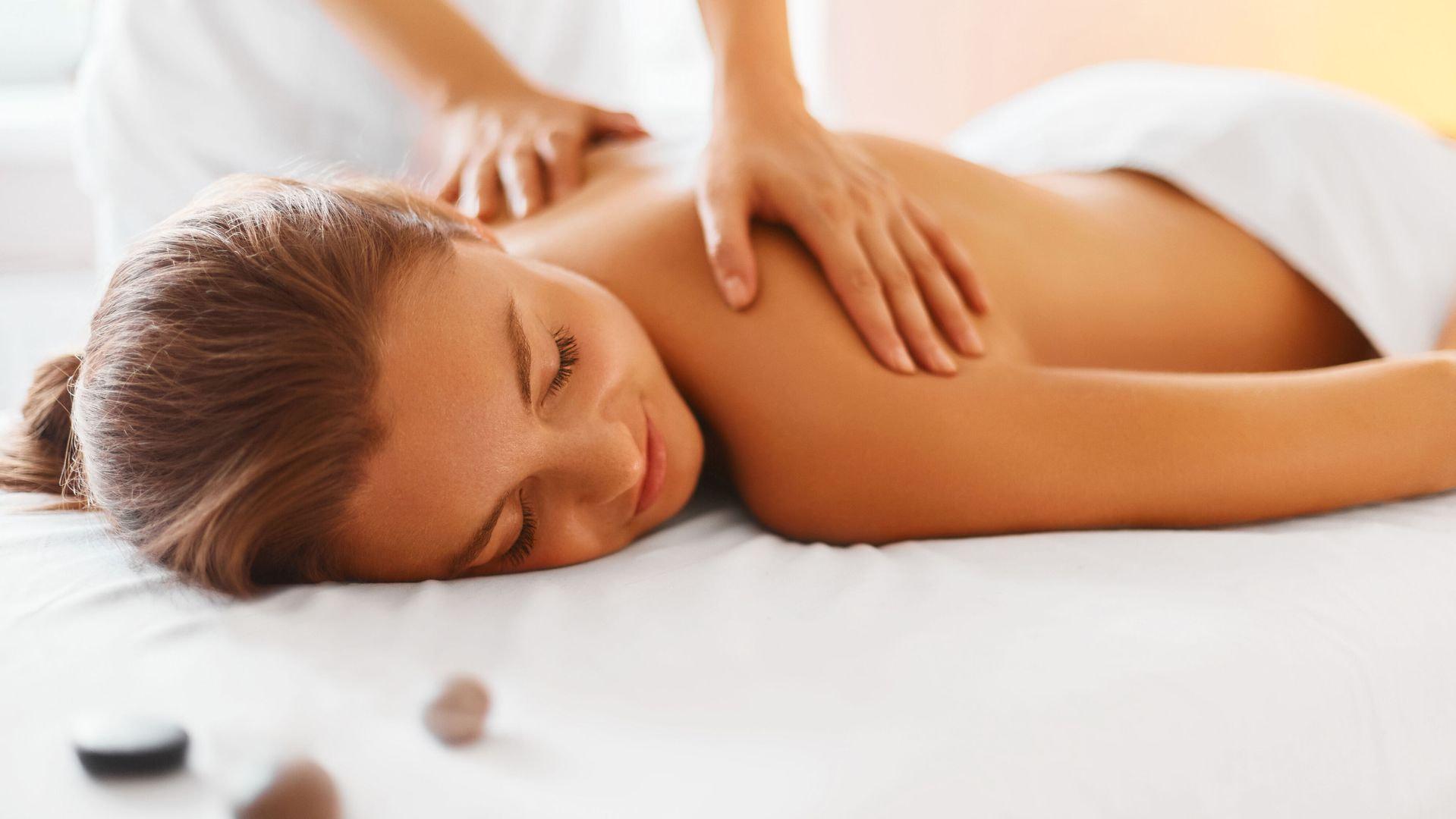 Prova i nostri trattamenti antistress, il massaggio californiano o quelli più tecnici come il decontratturante o l'emolinfatico, per le gambe, l'addome o la schiena.