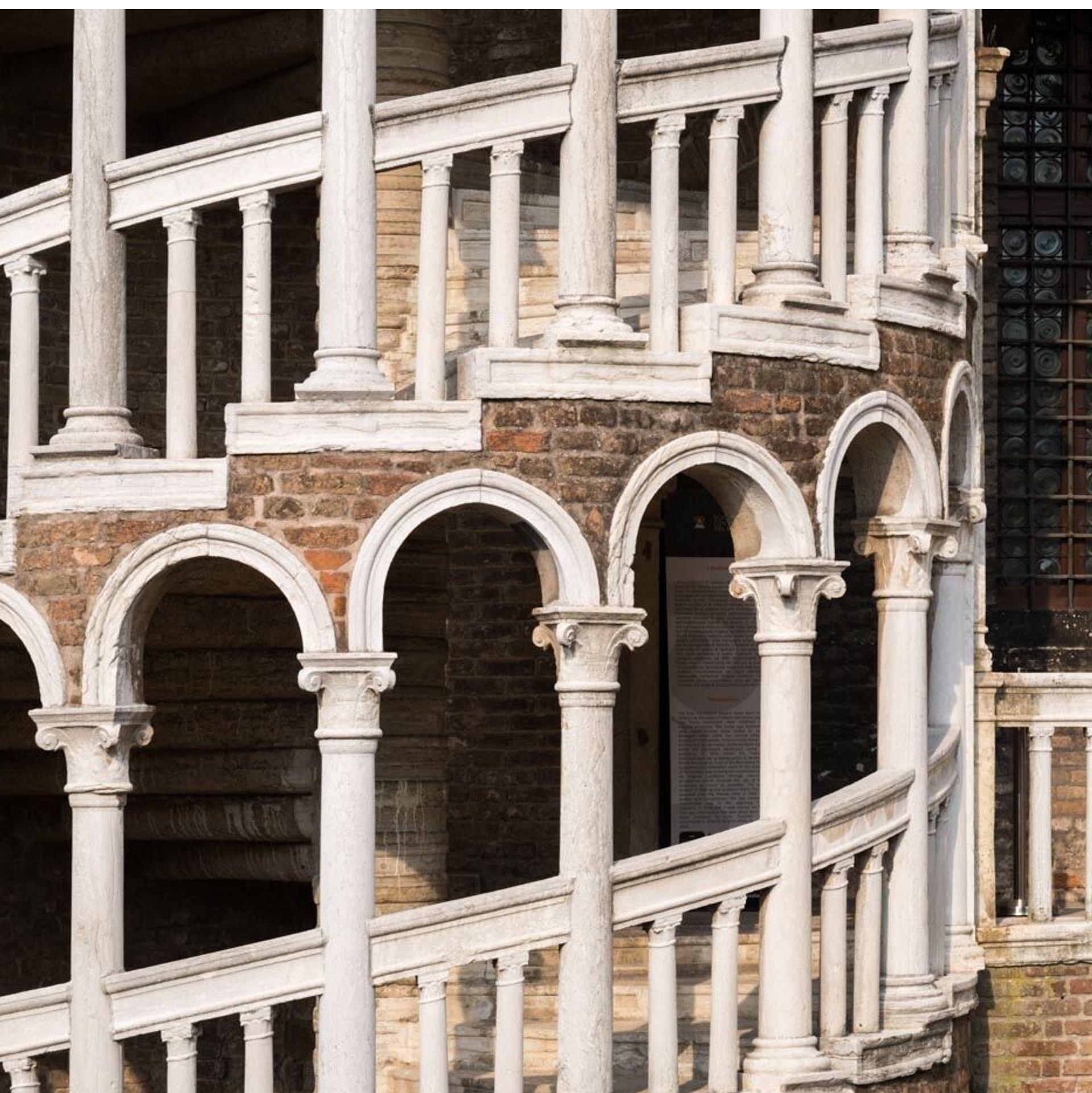 Descubre el encanto de Venecia paseando por la ciudad, disfrutando de exclusivos paseos en góndola o visitando las pintorescas islas de Murano y Burano.